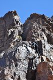 Kletternde Berge des jungen Mannes Lizenzfreies Stockbild