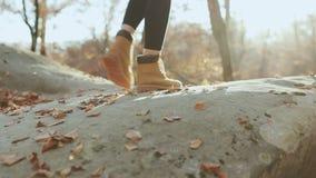 Kletternde Bergspitze des unerkennbaren mutigen weiblichen Wanderers, gehend weg von der Spur auf gefährlichem felsigem Gebirgsrü stock video footage
