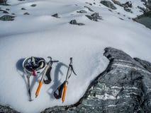Kletternde Eis-Auswahl und Sturzhelm Stockfoto