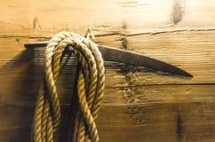 Kletternde Eisaxt der Weinlese und ein Seil lizenzfreie stockbilder