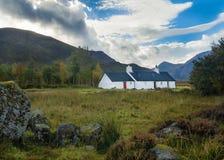 Kletternde Hütte Black Rock-Häuschens in Glen Coe in den schottischen Hochländern lizenzfreies stockbild