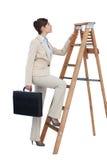 Kletternde Karriereleiter der Geschäftsfrau mit Aktenkoffer Stockfoto