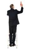 Kletternde Leiter des Geschäftsmannes mit übergroßem Bleistift Lizenzfreie Stockfotografie