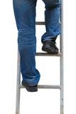 Kletternde Leiter des Mannes, lokalisiert Stockfotos