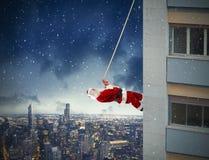 Kletternde Santa Claus lizenzfreies stockbild