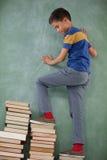 Kletternde Schritte des Schülers des Buchstapels Stockbild
