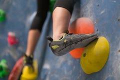 Kletternde Schuhe Boulder-Halle Stockbilder