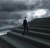 Kletternde Treppe des Geschäftsmannes Lizenzfreie Stockbilder