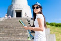 Kletternde Treppe des glücklichen jungen asiatischen Touristen Stockfotografie