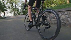 Kletternder Berg des starken Radfahrers nah oben Schuss folgen Starke dünne Beinmuskeln Aus der Radfahrentechnik des Sattels hera stock video footage