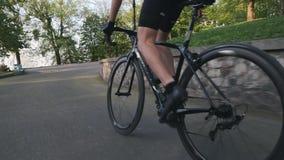 Kletternder Berg des starken Radfahrers nah oben Schuss folgen Starke d?nne Beinmuskeln Aus der Radfahrentechnik des Sattels hera stock video