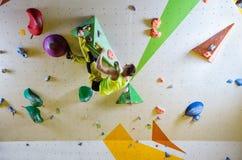 Kletternder bouldering Weg des jungen Mannes Lizenzfreie Stockbilder