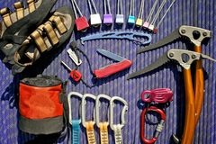 Kletternder Gang auf purpurrotem Seil lizenzfreie stockfotos