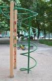 Kletternder Rahmen am Spielplatz für Kindergebrauch Lizenzfreie Stockfotos