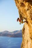 Kletternder schwieriger Weg der jungen Frau lizenzfreie stockfotografie
