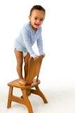 Kletternder Stuhl des Kleinkindes Stockfotos