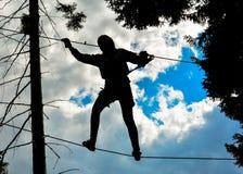 Kletterndes Schattenbild lizenzfreie stockbilder
