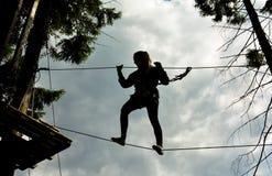 Kletterndes Schattenbild lizenzfreies stockfoto
