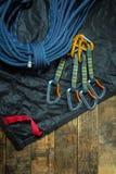 Kletterseil und carabiner auf hölzernen Brettern Stockfotos