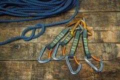 Kletterseil und carabiner auf hölzernen Brettern Lizenzfreie Stockbilder