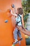 Kletterwand des kleinen Jungen Lizenzfreie Stockfotos