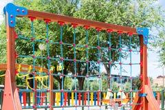 Kletterwand hergestellt von den Seilen am Spielplatz Stockfotos