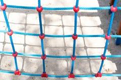 Kletterwand mit blauen Seilen Stockfotografie