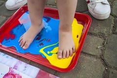 kleur creatief Openluchtactivyti Fijn art. voet Het Spel van Childs Het schilderen peuter kid stock afbeeldingen