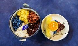 Kleur gestoomde rijstbes op lijst stock afbeeldingen