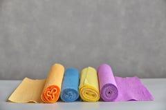 Kleur golfdiedocument, in broodjes op grijze achtergrond wordt gerold Royalty-vrije Stock Fotografie