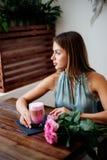 Kleur latte in een glas royalty-vrije stock foto's