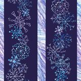 Kleurde het Kerstmis naadloze patroon met sneeuwvlokken op donkerblauwe achtergrond en strepen met kleurenpotloden royalty-vrije illustratie