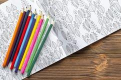 Kleuren antistress voor volwassenen en kleurpotloden stock fotografie