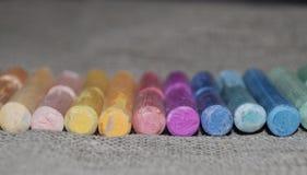 Kleuren artistieke pastelkleur Sommige Kleurpotloden Stock Foto's