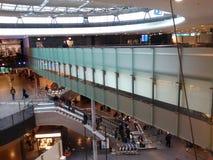 Kleuren-glasbrug met Passagiers, Zürich-Luchthaven ZRH stock foto's