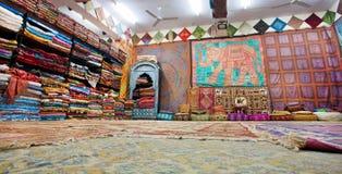 Kleuren in herinneringswinkel, tapijten en sjaals in de oude stad stock afbeelding
