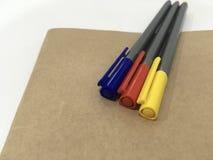 Kleuren magische pen met boek Royalty-vrije Stock Afbeeldingen