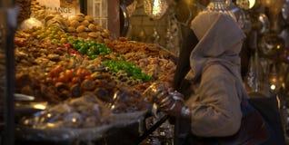 Kleuren in oosterse markten stock afbeeldingen