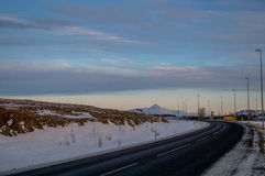 Kleuren op de horizon over Ijslandse Weg Stock Afbeelding