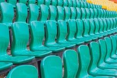 Kleuren plastic leunstoelen op stadiontribune Royalty-vrije Stock Foto's