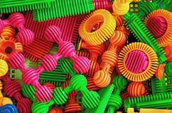 Kleuren plastic radertjes en schachten stock foto