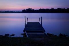 Kleuren van dageraad bij meer Stock Foto's