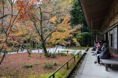 Kleuren van de de herfst de Japanse esdoorn bij Enkoji-tempel in Kyoto, Japan stock foto's