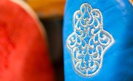 Kleuren van Marrakech op verfijnde met de hand gemaakte pantoffels bij medina Royalty-vrije Stock Afbeelding