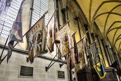Kleuren van Regimantal van zijde de Militaire Vlaggen op de Kathedraal van Vertoningssalisbury, Wiltshire Engeland het UK Stock Foto