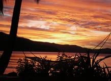 Kleuren van zonsondergang op een tropisch strand stock foto's