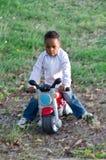 Kleurenbaby met stuk speelgoed motorfietsen Royalty-vrije Stock Foto