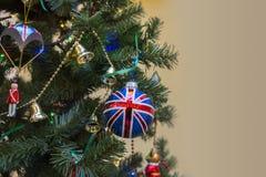 Kleurenbal en licht op Chrismas-boom Stock Fotografie