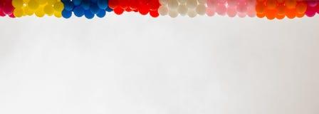 Kleurenballons op het dak van de bouw Stock Afbeelding