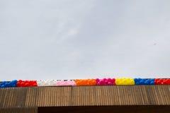 Kleurenballons op het dak van de bouw Stock Foto's